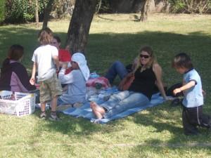 family-travel-antigua-guatemala-picnic